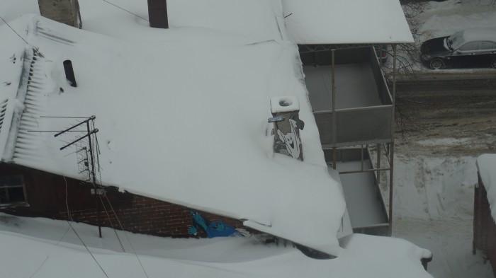рисунки карлсона и привидений на крыше соседнего дома
