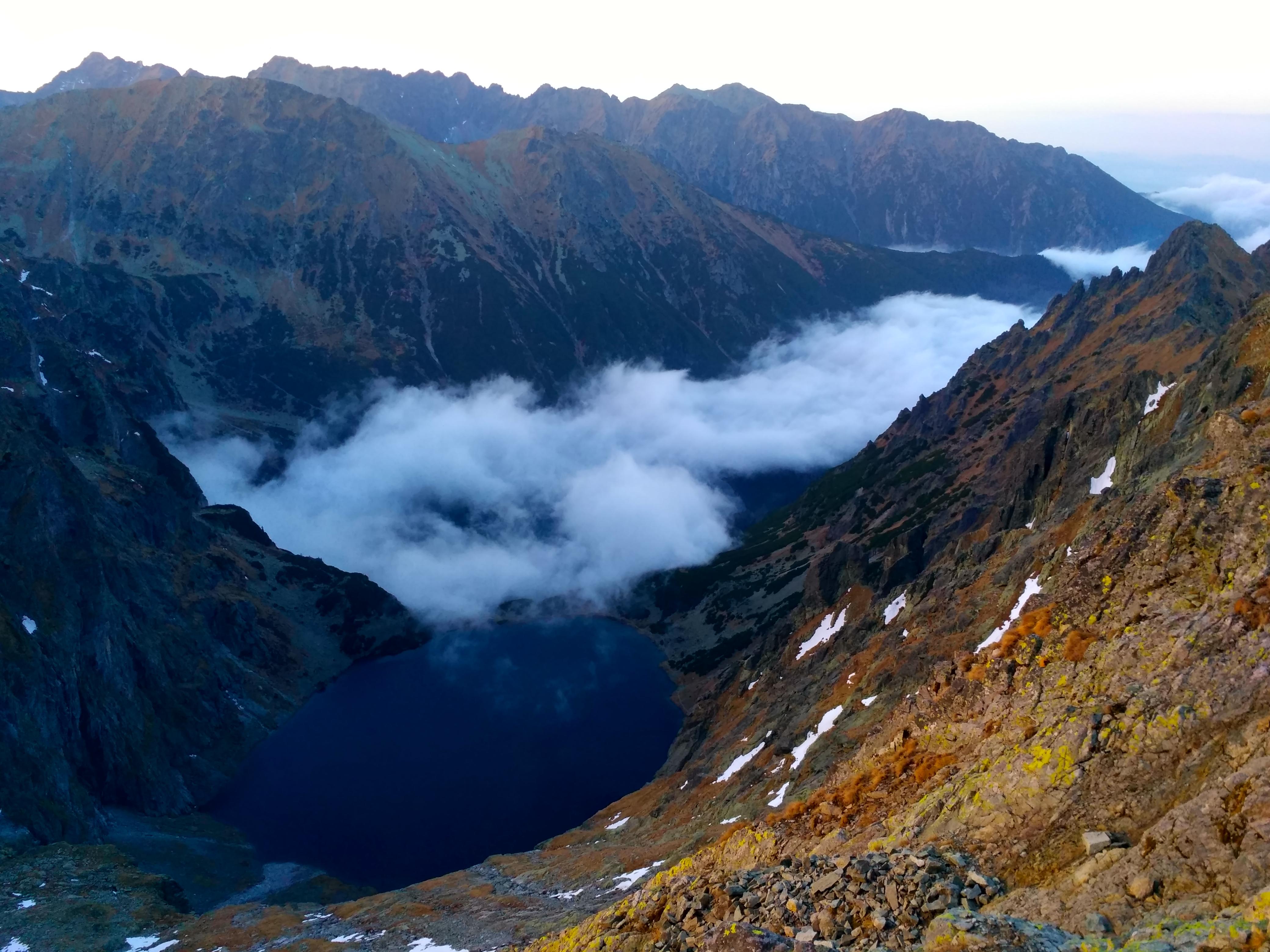Вид на озеро черный став по пути на вершину г. Рысы